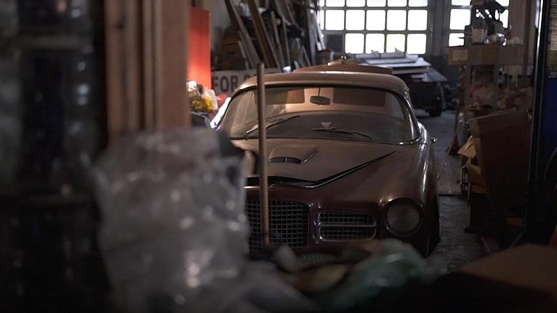 V opuštěném autosalonu se našla úžasná sbírka vozů. Zahrnuje i dvanáctiválcové Lamborghini: - fotka 6