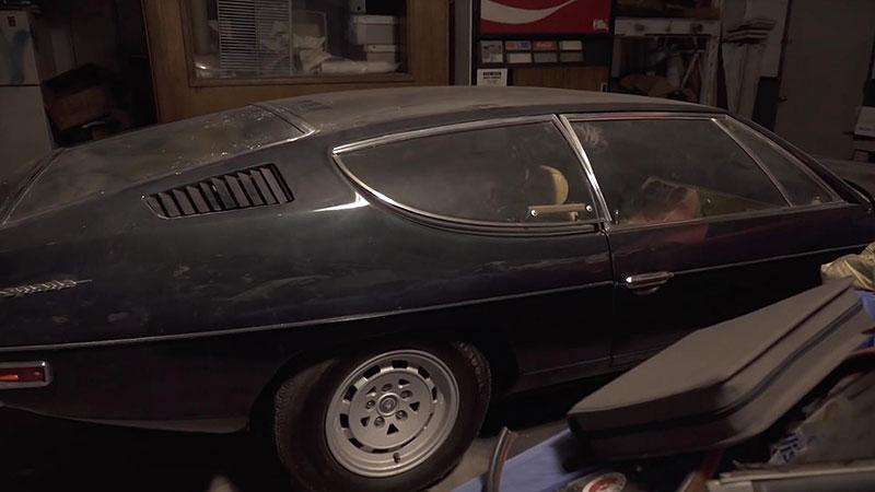 V opuštěném autosalonu se našla úžasná sbírka vozů. Zahrnuje i dvanáctiválcové Lamborghini: - fotka 7