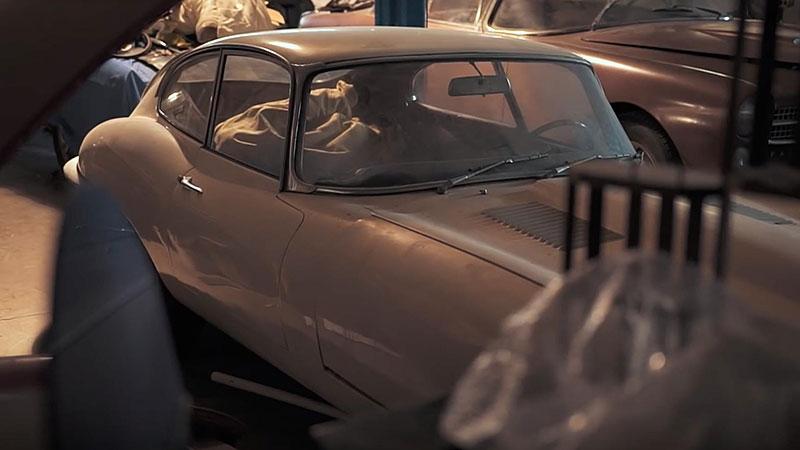 V opuštěném autosalonu se našla úžasná sbírka vozů. Zahrnuje i dvanáctiválcové Lamborghini: - fotka 8