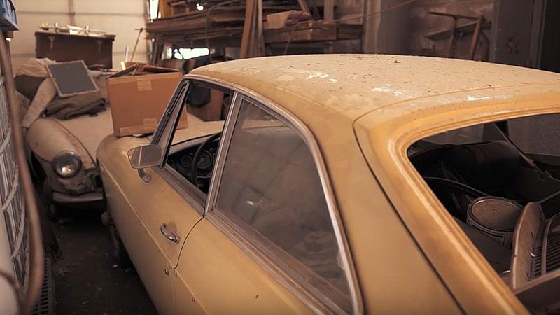 V opuštěném autosalonu se našla úžasná sbírka vozů. Zahrnuje i dvanáctiválcové Lamborghini: - fotka 9