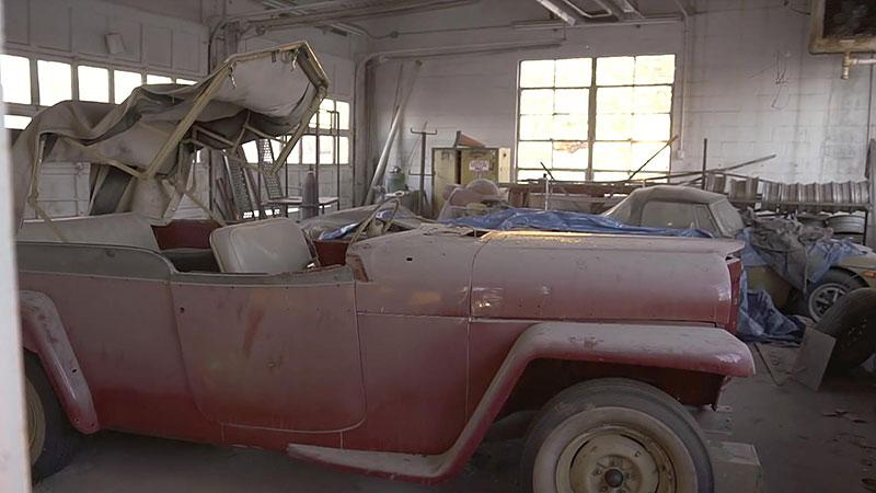 V opuštěném autosalonu se našla úžasná sbírka vozů. Zahrnuje i dvanáctiválcové Lamborghini: - fotka 12