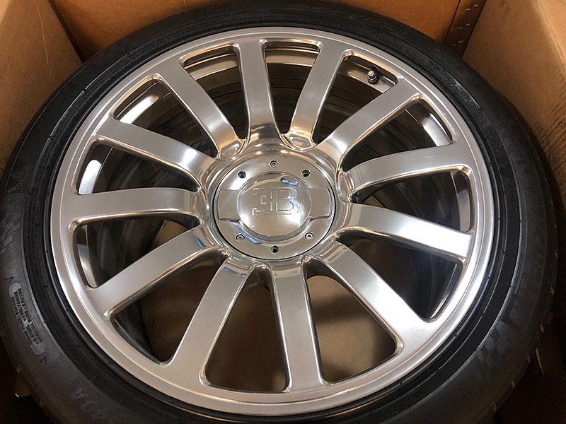 Někdo prodává kola s pneumatikami na Bugatti Veyron. Cena je samozřejmě pozoruhodná: - fotka 2