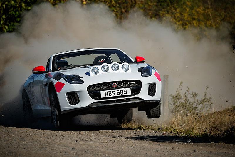 Jaguar postavil dva rallyové speciály. Z roadsteru F-Type: - fotka 9