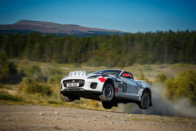 Jaguar postavil dva rallyové speciály. Z roadsteru F-Type: - fotka 13