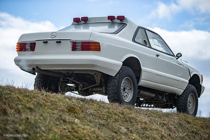Věděli jste, že existuje Mercedes 560 SEC v terénní verzi? Startoval na Dakaru: - fotka 16
