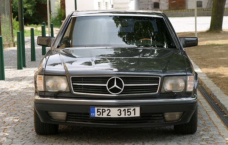 Řídili jsme Mercedes-Benz 560 SEC. Osmiválcové kupé strčí do kapsy spoustu moderních aut: - fotka 2