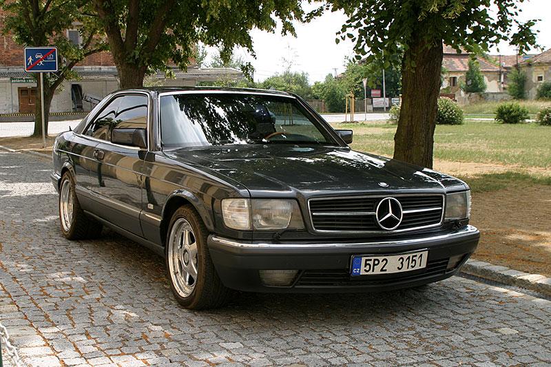 Řídili jsme Mercedes-Benz 560 SEC. Osmiválcové kupé strčí do kapsy spoustu moderních aut: - fotka 3