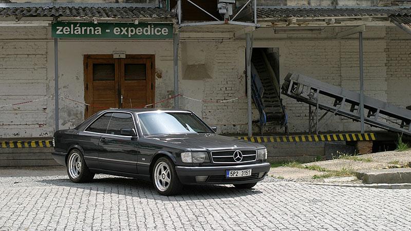 Řídili jsme Mercedes-Benz 560 SEC. Osmiválcové kupé strčí do kapsy spoustu moderních aut: - fotka 4