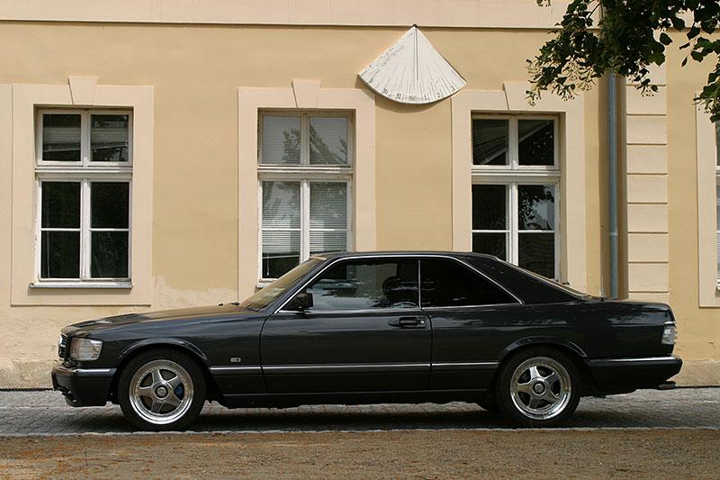 Řídili jsme Mercedes-Benz 560 SEC. Osmiválcové kupé strčí do kapsy spoustu moderních aut: - fotka 6
