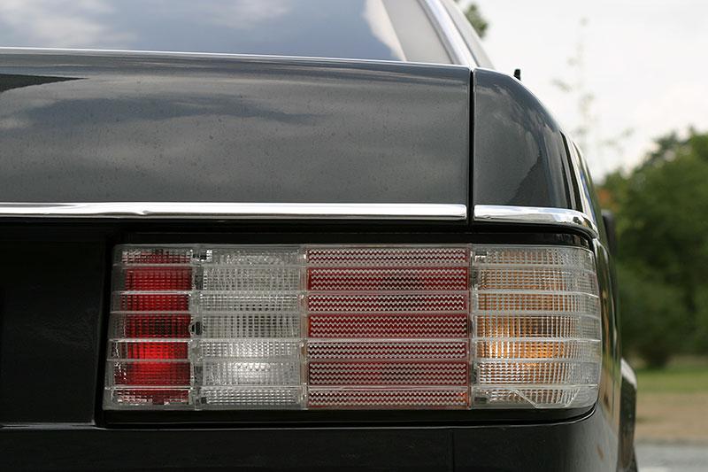 Řídili jsme Mercedes-Benz 560 SEC. Osmiválcové kupé strčí do kapsy spoustu moderních aut: - fotka 9