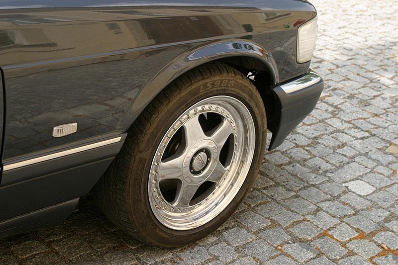 Řídili jsme Mercedes-Benz 560 SEC. Osmiválcové kupé strčí do kapsy spoustu moderních aut: - fotka 10