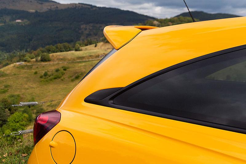 Vauxhall se vrátil ke slavné staré reklamě. Supermodelky už ale musely pryč: - fotka 18