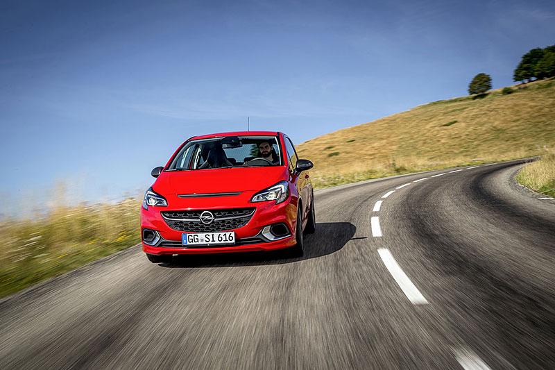 Vauxhall se vrátil ke slavné staré reklamě. Supermodelky už ale musely pryč: - fotka 37