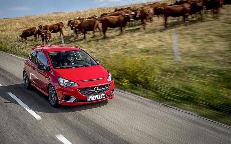 Vauxhall se vrátil ke slavné staré reklamě. Supermodelky už ale musely pryč: - fotka 51