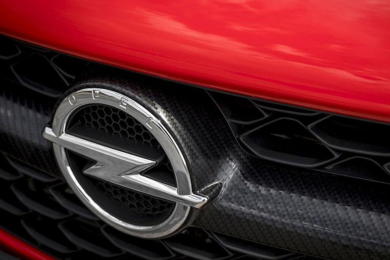 Vauxhall se vrátil ke slavné staré reklamě. Supermodelky už ale musely pryč: - fotka 85