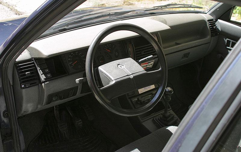 Řídili jsme auto z bondovky. Ale trochu jiné, než byste čekali. Jaký je Renault 11?: - fotka 2