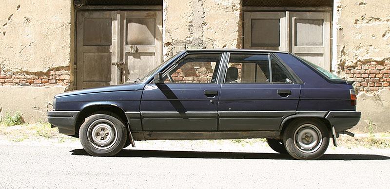 Řídili jsme auto z bondovky. Ale trochu jiné, než byste čekali. Jaký je Renault 11?: - fotka 9
