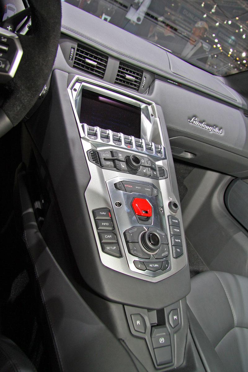 Ženeva 2011 živě: Lamborghini Aventador LP700-4: - fotka 7