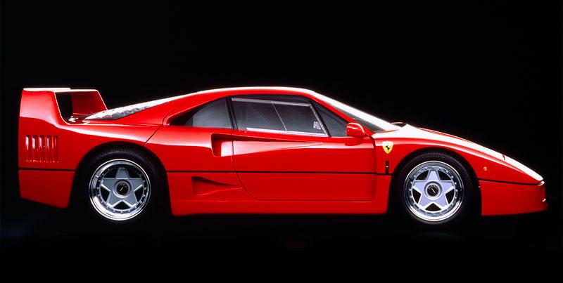 Muž si v garáži postavil celkem věrnou repliku Ferrari F40. Od základů, o stavebnici nejde: - fotka 7