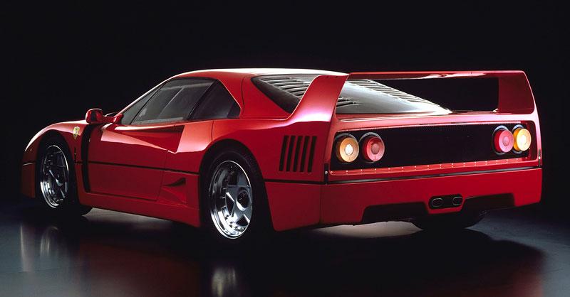Muž si v garáži postavil celkem věrnou repliku Ferrari F40. Od základů, o stavebnici nejde: - fotka 8