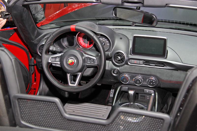 Fiat 124 Spider nelze nemilovat! V Ženevě je miláčkem expozice.: - fotka 1