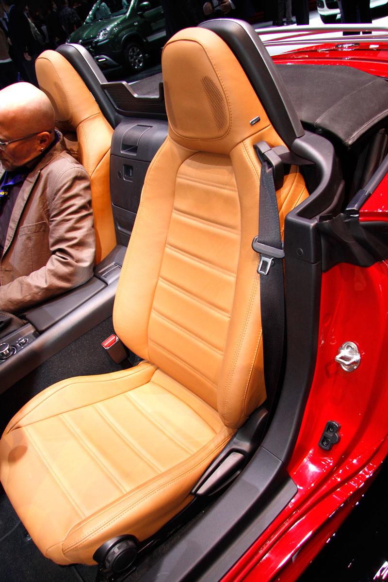 Fiat 124 Spider nelze nemilovat! V Ženevě je miláčkem expozice.: - fotka 9