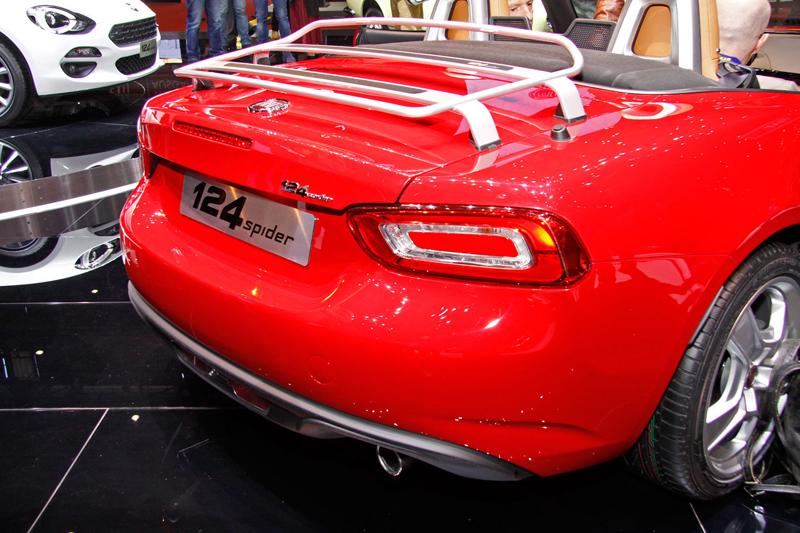 Fiat 124 Spider nelze nemilovat! V Ženevě je miláčkem expozice.: - fotka 21
