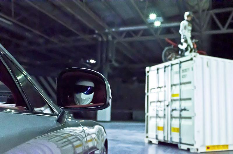 Stig v reklamě spolu s novým Aston Martin Vanquish: - fotka 2
