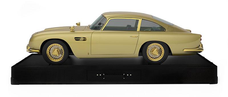 Pozlacený model Aston Martinu DB5 se prodal za dva miliony korun: - fotka 5