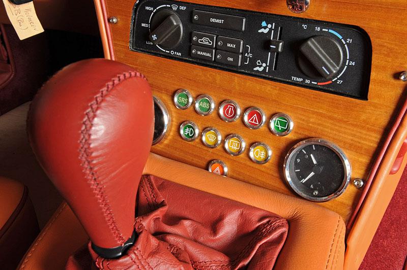 Na prodej je unikátní Aston Martin V8 Shooting Brake. Stejné auto nikdo jiný na světě mít nebude: - fotka 2