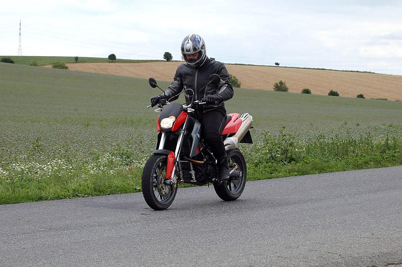 Test - BMW G650 Xmoto: hračka do města: - fotka 12