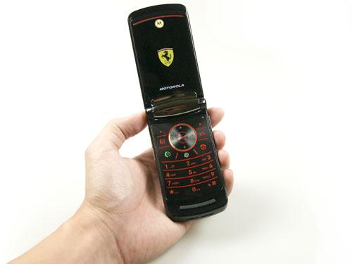 Motorola RAZR2 V9 Ferrari Special Edition - změňte operátora: - fotka 4