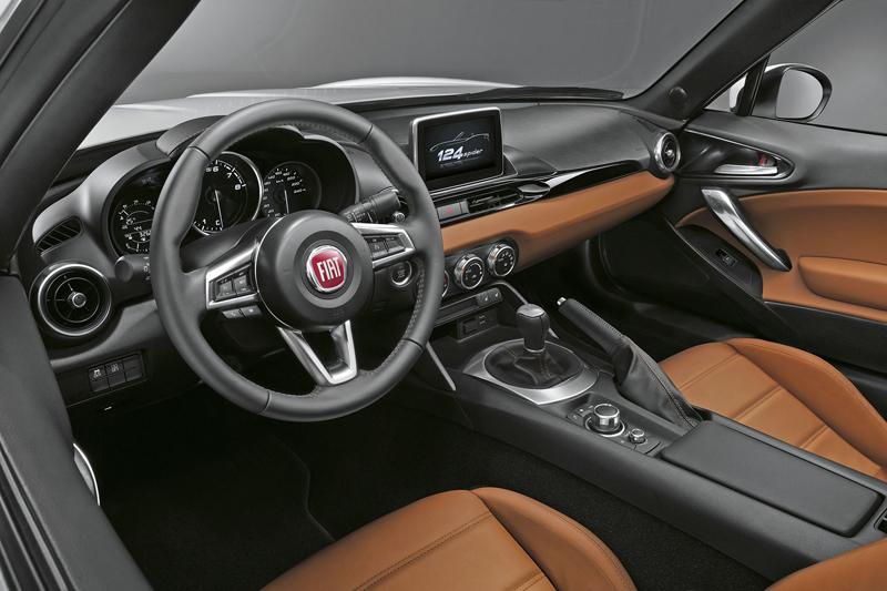 Fiat 124 Spider nelze nemilovat! V Ženevě je miláčkem expozice.: - fotka 34