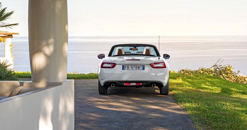 Fiat 124 Spider nelze nemilovat! V Ženevě je miláčkem expozice.: - fotka 57