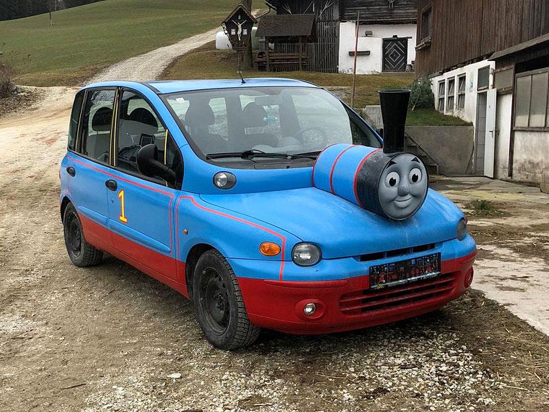 Z divného auta se stalo ještě divnější. Na prodej je Multipla, která vypadá jako Mašinka Tomáš: - fotka 2
