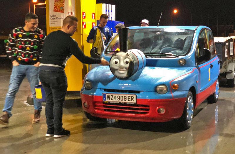 Z divného auta se stalo ještě divnější. Na prodej je Multipla, která vypadá jako Mašinka Tomáš: - fotka 3