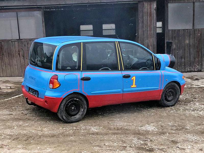 Z divného auta se stalo ještě divnější. Na prodej je Multipla, která vypadá jako Mašinka Tomáš: - fotka 4