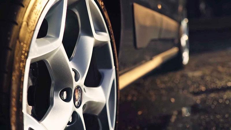 Víte, že existuje Fordy Transit Connect s technikou rychlých Focusů? Na sériovou výrobu to ale nevypadá: - fotka 11