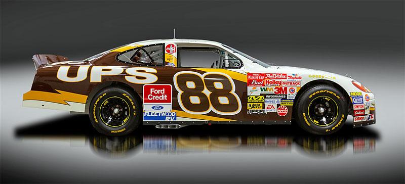 Tenhle závodní speciál série NASCAR smí na běžné silnice. A je na prodej: - fotka 3