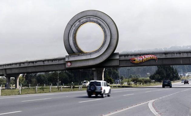 Hot Wheels dráha v životní velikosti: povedená reklama: - fotka 1