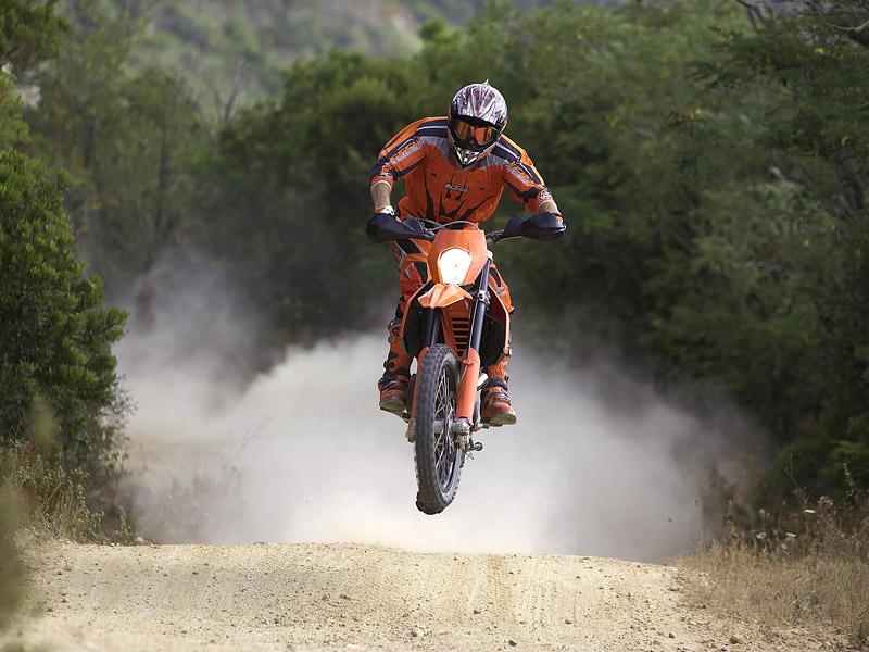 KTM 690 Enduro: miluje šotolinu, ale zvládá i asfalt: - fotka 1