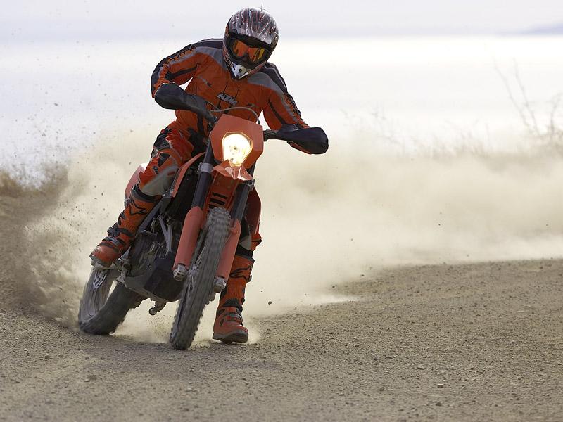 KTM 690 Enduro: miluje šotolinu, ale zvládá i asfalt: - fotka 2