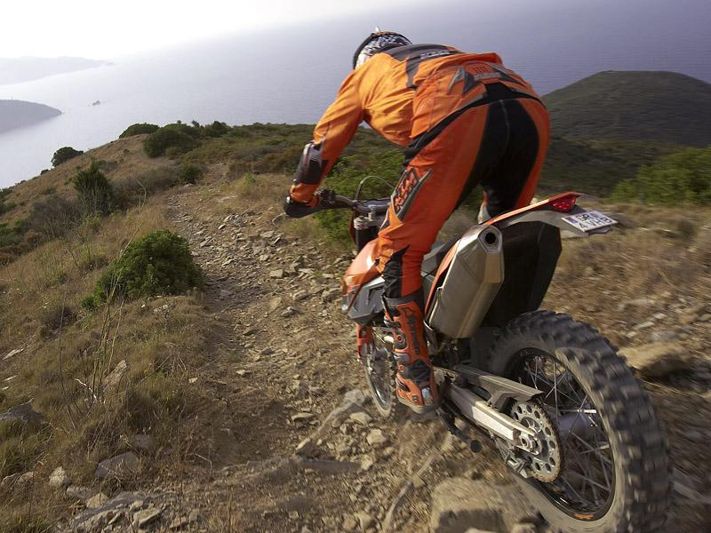 KTM 690 Enduro: miluje šotolinu, ale zvládá i asfalt: - fotka 4