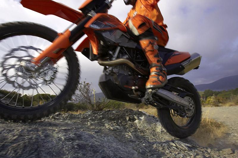 KTM 690 Enduro: miluje šotolinu, ale zvládá i asfalt: - fotka 5