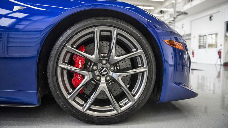 Jak se opravuje supersport Lexus LFA? Tuhle práci chcete!: - fotka 6