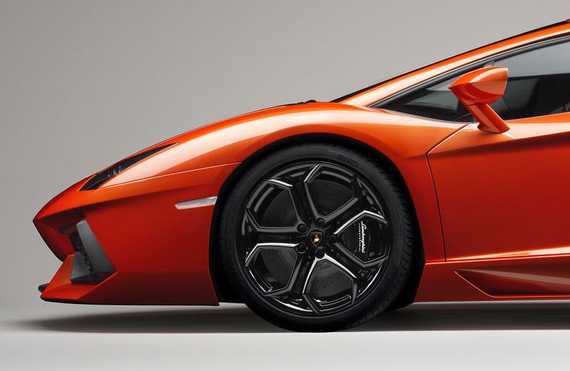 Ženeva 2011 živě: Lamborghini Aventador LP700-4: - fotka 96