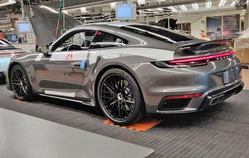 Tohle by mělo být nové Porsche 911 Turbo. Automobilce unikla fotka z továrny: - fotka 1