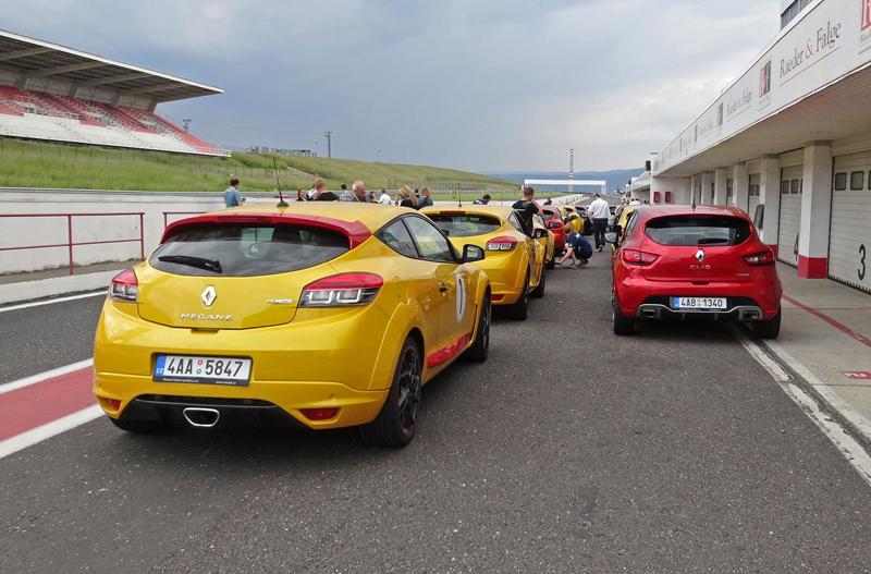 S ostrými Renaulty na okruhu v Mostě: - fotka 22