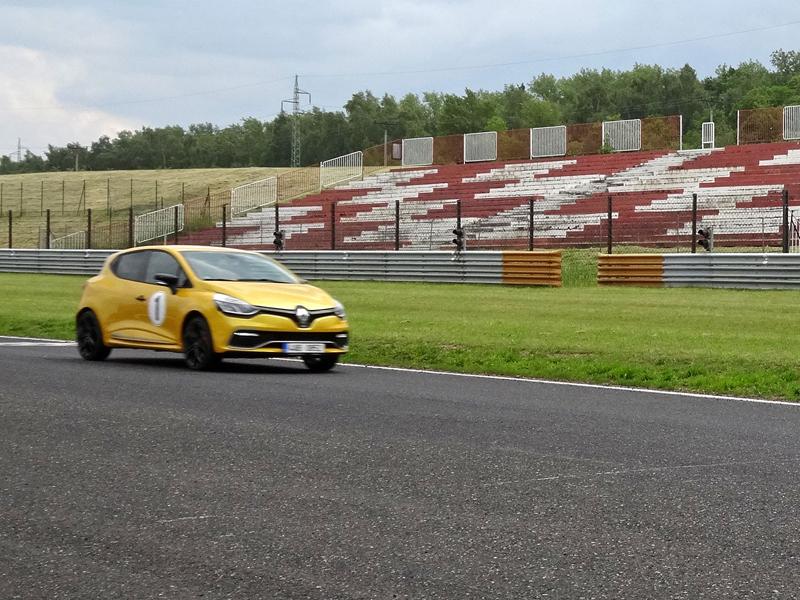 S ostrými Renaulty na okruhu v Mostě: - fotka 24