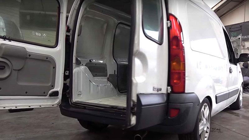 Tenhle Renault Kangoo je dokonalý sleeper. Ukrývá motor z Méganu R.S.: - fotka 6
